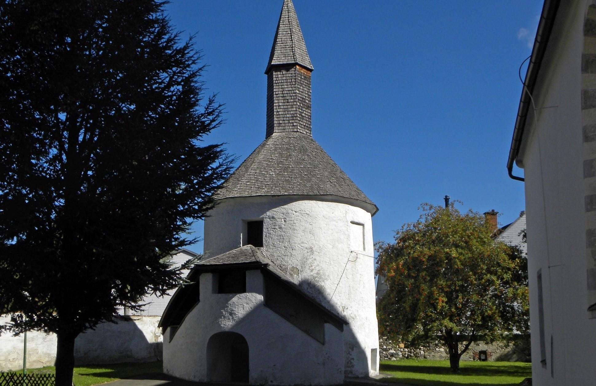 Pöls_-_Karner_bei_der_Pfarrkirche_Mariä_Himmelfahrt[1]